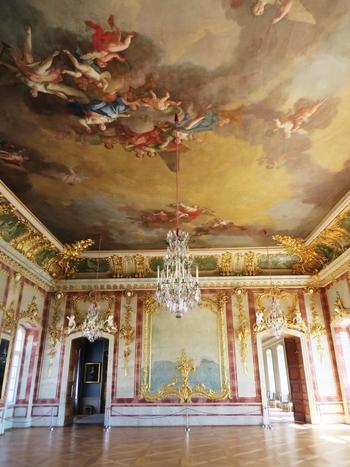 ルンダーレ宮殿内部の豪華さには思わずため息が出ます。金箔が貼られた漆喰彫刻で飾られた壁、天井一面に描かれたフレスコ画、天井から吊るされた煌びやかなシャンデリアは、貴族文化の華やかさを物語っています。