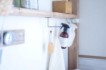 タオルを掛けたり棚の落下防止柵としてよく見かける、コの字型のアイアンラック。それを下向きに取り付ければ、スプレーを掛けられます。棚下のデッドスペースの活用にもおすすめです。