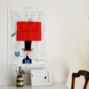 オーレ・エクセルのユーモラスなデザインがかわいいキッチンクロス。絵画のように飾ってもよさそう。
