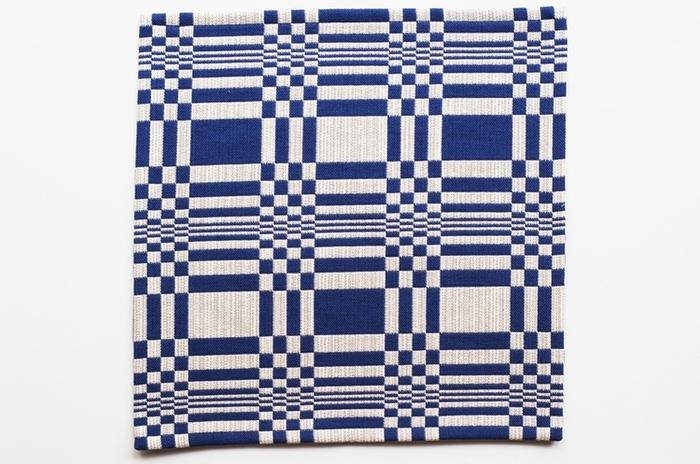 フィンランドの伝統的な織物の手法で織られた、ノルマンディシリーズのコットンファブリック。色のコントラストと、インパクトのあるパターンが魅力です!
