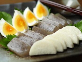 ゆで卵をぬか漬けにすると、きゅっと締まった大人の味に大変身!こんにゃくもぬかが染みると一味違うおいしさに。しっかり漬けるのがおすすめです。