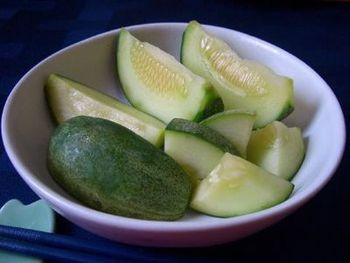 メロンのぬか漬け。おいしいメロンを作るために、摘果された小メロンが漬物用として売られていますが、それを使ったものです。瓜のぬか漬けに近い味わいですが、後味にメロンの風味が。