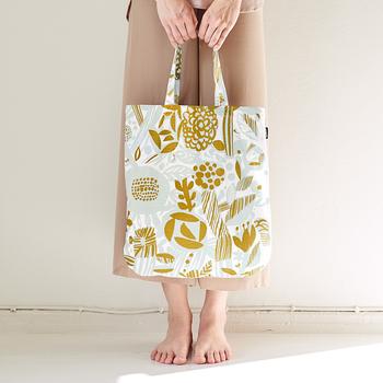 「Potpourri(ポプリ)」は、花や木々が詰まったポプリの瓶の中のようなテキスタイル。シンプルで大人っぽいデザインなので、どんなお洋服の時にも似合いそうですね。