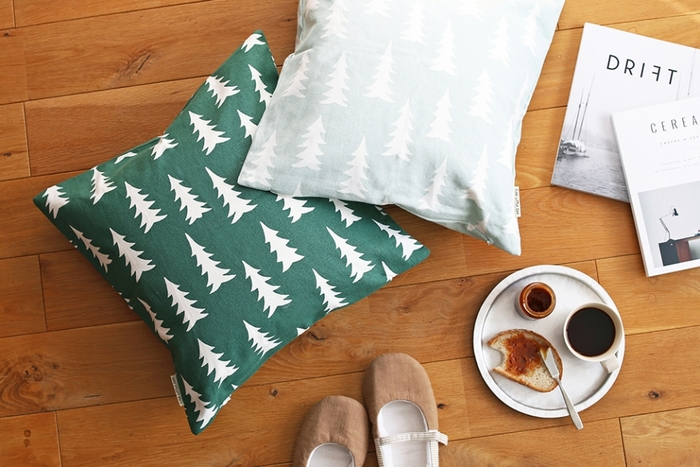 深みのあるグリーンと爽やかなセージグリーンのモミの木柄のクッション。インテリアの大人可愛いスパイスに!