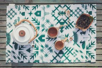 「ワイルドノースランド」シリーズのテーブルマット。フィンランドの離島にある別荘での日々をイメージしたデザインです。