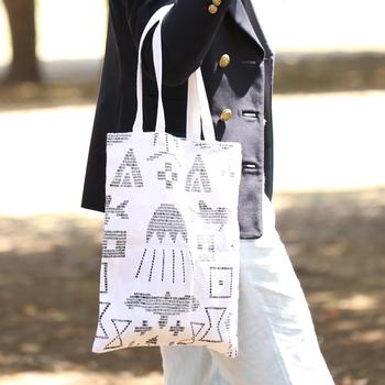 フィンランドの伝統的な民族叙事詩「カレワラ」からインスピレーションを得たテキスタイル。ピクニックやキャンプ、BBQにも持っていける大きさのバッグです。