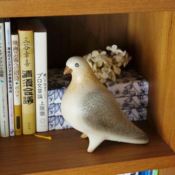 リサ・ラーソンの鳩のオブジェ。陶器の質感、手書きの表情はシェルフや出窓においても温かみをもたらしてくれるオブジェです。