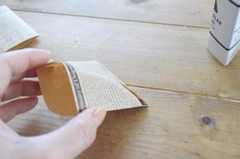 ①お好きなペーパーを折って糊づけして、正方形の袋にします。