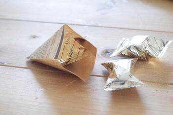 ②キャンディやチョコレートなど包みたいものを袋に入れて、両端を合わせれば出来上がりです。