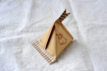 こちらはテトラ包みの端を、ミシンで縫い合わせたテトラ型ラッピング♪一緒にに可愛らしいタグも縫い合わせると、一段と素敵なギフトになります。