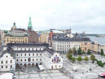 時計台のあるガムラスタン地区は「古い街」という意味通りスウェーデンの歴史を感じる街。多くの旅人を迎えて来た壮大な門、歴代の王族が眠る教会などを観光できます。 「北欧のベネツィア」とも評される海に面した街並みを俯瞰すれば、魔女の宅急便さながらの世界を堪能できますよ。