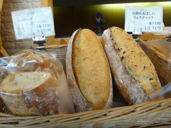 リュスティックやフランスパンなどのハード系もおすすめです。五穀や胡桃が入ったものもあって、いろんな味わいで楽しませてくれます。チーズフォンデュにもぴったりです!