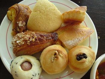 世界が認めたパンを、こんなにも豊富に手軽に購入できる「ドミニクドゥーセの店」では、併設したカフェでのゆったりと過ごせる時間も魅力の一つです。楽しい会話と美味しいパン。豊かに香る小麦の香りを是非ゆっくりと味わってみて下さいね。