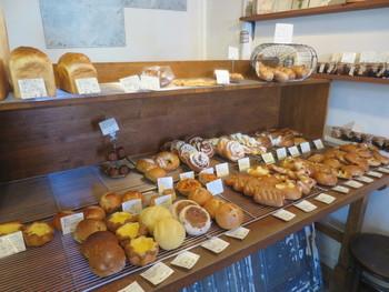 店内には、どれにしようか迷ってしまいそうなおいしそうなパンが並んでいます。決して多く陳列される訳ではない分、出来立てが提供されるので美味しさは間違いありません。