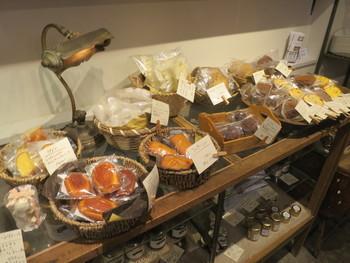 ナチュラル好き、雑貨好きの方なら心くすぐられるディスプレイで、選ぶ楽しさも倍増です。棚の下段や壁面には、パンをさらに楽しむためのジャムなどが並べられています。焼き菓子やアンティーク雑貨も販売されています。