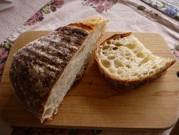 こちらはプティ・デジュネ。どんなお料理にも合う重宝するパンです。ハードな外見とは違い、中はふわっと軽い仕上がりです。噛めば噛むほどに小麦の香りと甘さが広がる一品。