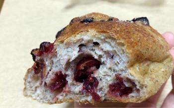 ライ麦パンの中にブルーベリーがぎっしり詰まったパンは、三重県産小麦と北海道産ライ麦を使用しています。小さいライ麦パンは、毎日数種類ずつ店頭に並びます。季節によって変化するので、いつ何に出会えるかはお楽しみに。