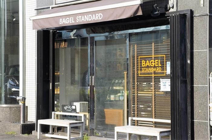 山手通り沿い、中目黒駅とJR目黒駅の中間にあるニューヨークスタイルのベーグル専門店。お店はこじんまりとしたシンプルなたたずまいです。