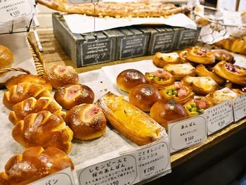 """""""お客様の喜ぶ顔を見たい""""がコンセプトの「TRASPARENTE(トラスパレンテ)」。店内にはほっとする定番パンからひと工夫されている季節のパンなど、見ているだけでも口元がほころんでしまう品揃えです。"""