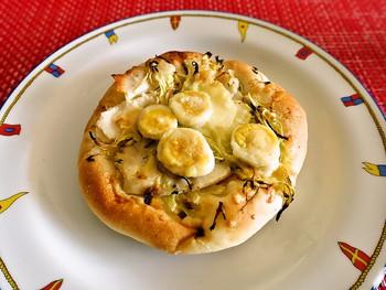 こちらは季節のパン、「春キャベツとバジルチキンのフォカッチャ」。たっぷりの春キャベツの上にうずらの卵がトッピングされており、食べ応えも◎です。