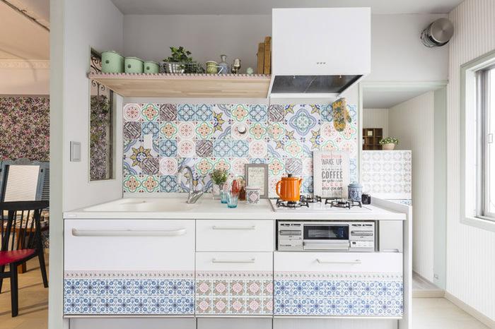 ニトムズ『decolfa タイルステッカー』のステッカーを使って、シンプルなキッチンを素敵なカフェのようにイメチェンしてみました♪