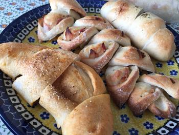 人気パンのひとつがカレーパン。(写真一番左)三日月形の見た目からして違いを感じさせます。こちらの焼きカレーパンはなんとカレーパングランプリ金賞を受賞したことが。