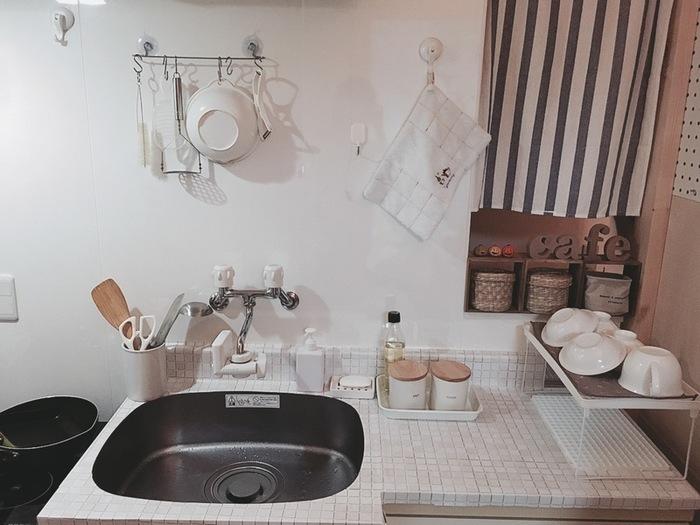 憧れのナチュラルホワイトのタイルキッチン。細かいタイルでビシーッと敷き詰めたい!