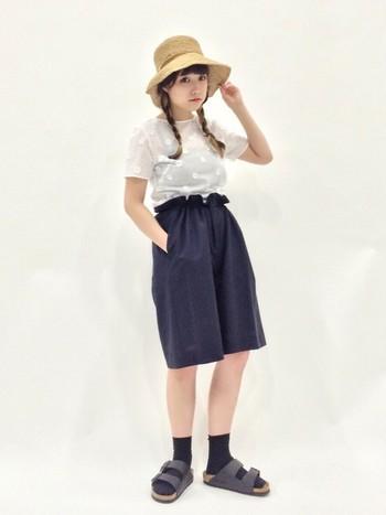 サンダルに靴下を合わせたカジュアルなコーデに、三つ編みがよく似合います。夏休みのお出かけのような、あどけなさが残る元気なスタイルです。