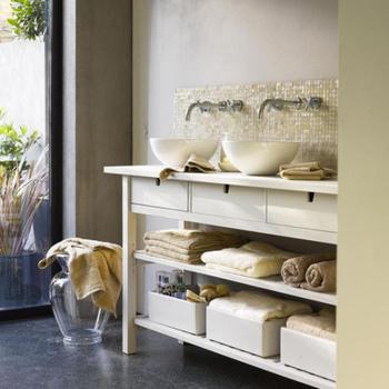 アイボリーとホワイトの光沢のあるタイルを組み合わせて作る品のある洗面台に。