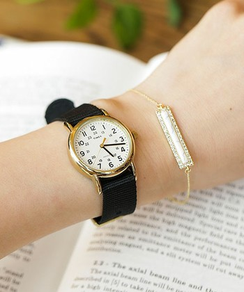 ブレスレットとWEEKENDER。アクセサリーを付けるときは、時計の金具部分に合わせてゴールドまたはシルバーのどちらかで統一すると◎。