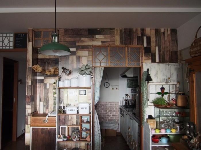 奥のキッチンの壁にブリックタイル風の壁紙を貼ったアジアンテイストなお部屋。
