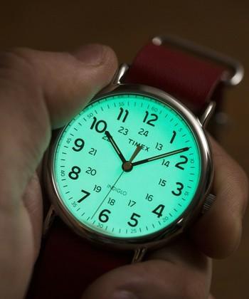 TIMEXが開発した「インディグロナイトライト」。暗い場所で光ってくれるというとっても便利な機能です。WEEKENDERはデザイン性だけでなく、機能性も兼ね備えた優秀な腕時計なんです♪