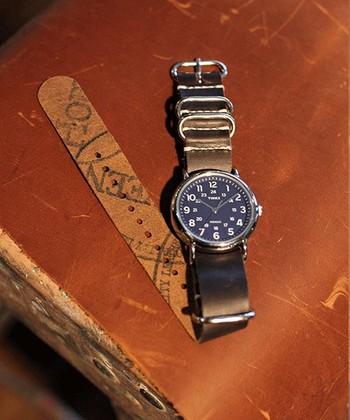 やはり腕時計のベルトではずせない定番の「革」。使っていくにつれ腕に馴染み、経年変化も楽しめるのが革の魅力。1本は持っておきたいベルトですね!