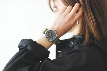ゆとりがあるブラックのシャツに、ブラックフェイス×アースカラーのベルトのWEEKENDERを合わせて。ちょっと辛口な雰囲気に。