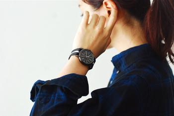 腕時計のベルトを同系色にして服とのコーデを楽しみましょう。