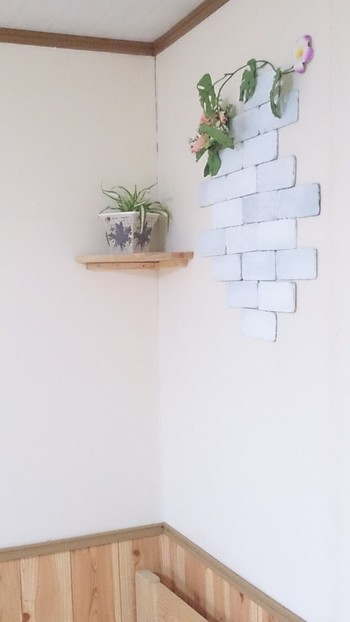 壁の空いているスペースに並べるだけ。高い場所に置く場合、安定しなければ接着材を使いましょう。