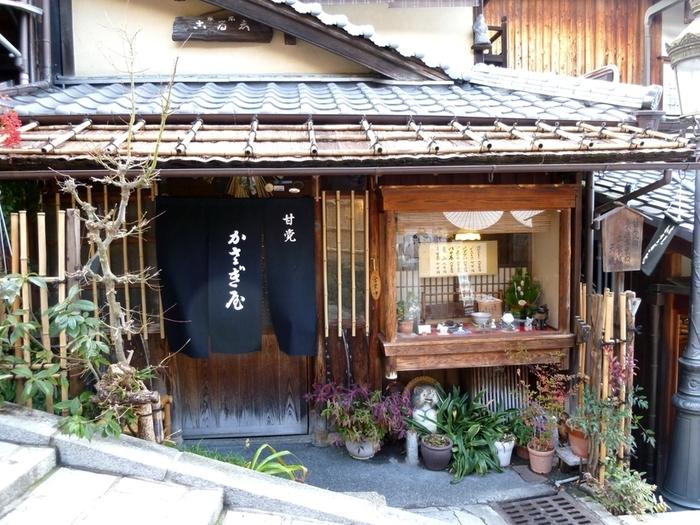 """二寧坂の石段の途中にある、創業大正3年の老舗「かさぎや」。 """"甘党の素通り出来ぬ二寧坂""""と言う通り、京都へ来る度に足繁く通う客も多い、昔ながら甘味処です。"""