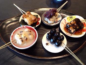 イチオシは、鈴なり団子5種類(みたらし・粒あん・黒ごま醤油・いそべ焼・京風白みそ)がセットになった「団楽(だんらく)」。抹茶とのセットもあります。