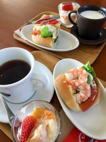 人気のモーニングセットは、ドリンク+ハーフドッグ+フルーツヨーグルト。海老とアボガドのサラダドッグは超人気商品♪海老のプリプリ感ととろけるアボガドがたまりません。