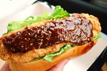 こちらは、ピリ辛味噌カツドッグ。名古屋圏には欠かせないメニューのようで、観光客にも大人気です!濃厚甘辛味噌がカツにたっぷり塗られています。衣もサクサク揚げたてで、美味しい♪