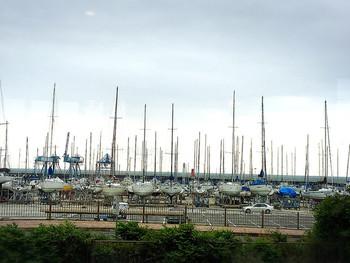 ヨットが並ぶ津市の海、ヨットハーバーの目の前だから、カフェスペースで海を見ながら食べることも出来ます。 テイクアウトしてお気に入りの場所で食べる事だって可能です。