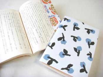 雑貨屋さんにおいてあるブックカバーはおしゃれだけどちょっと高いなぁと思っている方や、本屋さんでかけてもらうブックカバーはイマイチだなぁと思っている方は、ラッピングペーパーをアレンジして手作りしてみてはいかがでしょうか?  A4サイズなら文庫本のブックカバーにちょうど良いサイズなので、好きな柄で作ってみましょう。本の大きさに合わせて折るだけでOKなので、すぐに作れますよ。