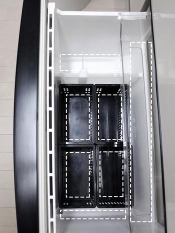 ケースに野菜を立てて収納すると上から見て一目瞭然なので、冷蔵庫の開閉時間の短縮にもつながります。食材が傷んでしまう前に使い切ることができるので、野菜室は「見やすく収納する」というのが大事なポイントです。プラスチックケースの側面は穴が開いているので、野菜室の冷気が循環しやすいつくりになっています。一方、底部分には穴が開いていないので、野菜のくずや泥で冷蔵庫が汚れる心配がありません。プラスチック素材はお手入れがラクチンなので、汚れが気になったら気軽にお掃除できるのも嬉しいですね♪