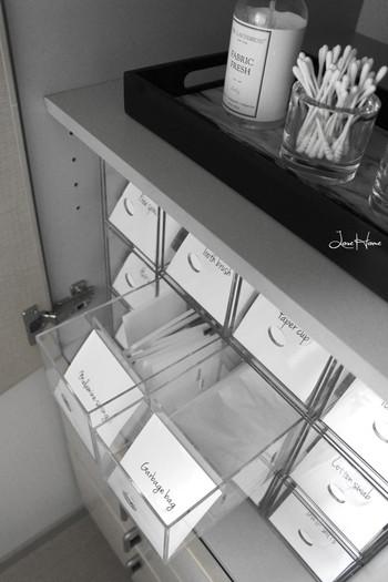 洗面所は石鹸・歯ブラシ・入浴剤など、細々した日用品が多く集まる場所。お家の中でも狭いスペースなので、なかなかスッキリさせるのは難しいですよね?そんな洗面所のストック収納にMariさんが活用しているのは、透明で中が見やすい無印良品の「アクリル小物収納3段」です。