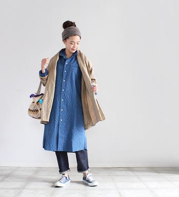 凹凸のあるコットンのシアサッカー地を使った前あきワンピースは、ラフな雰囲気で着こなすことができる一着です。丈も長めなので、ワンピースとしても安心して着られます。