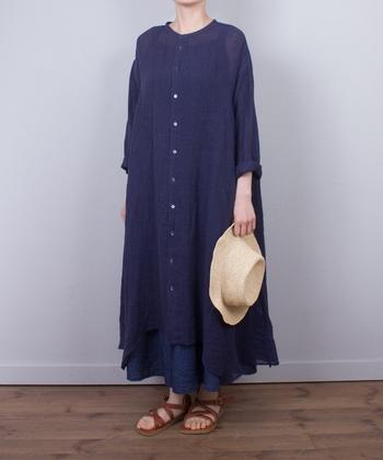 リネンガーゼで作られたふんわりと軽いシャツドレス。すそがイレギュラーヘムになっていて、軽やかな動きを感じますね。たっぷりと布を使っており、やわらかな質感に心が躍ります。