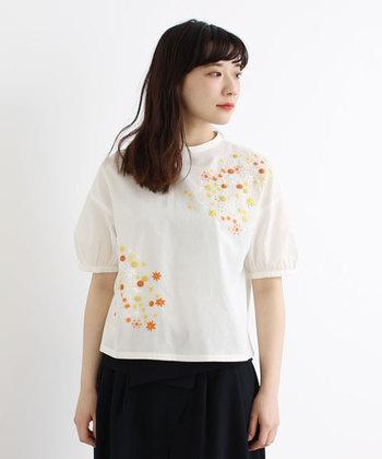 柔らかな雰囲気を持つ刺繍アイテムは、ナチュラルな大人の可愛らしさを引き立ててくれます。選ぶアイテムによっても雰囲気が変わる刺繍アイテムを使って、もっとオシャレを楽しみましょう♪