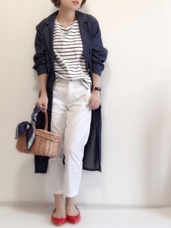 白いパンツをグレードアップしてみせてくれる紺のシャツワンピース。襟がついているので、トレンチコート風に着こなせます。