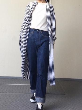 すっきりとしたストライプが印象的なBEAMS BOYのシャツワンピース。ブルーデニムと白Tシャツのシンプルな組み合わせにこなれ感をプラスしています。