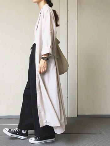 マキシ丈のシャツワンピースならワイドパンツもバランスよく着こなせます。ベージュのワンピースをチョイスすれば、ヘビロテの羽織りものになりそうです。